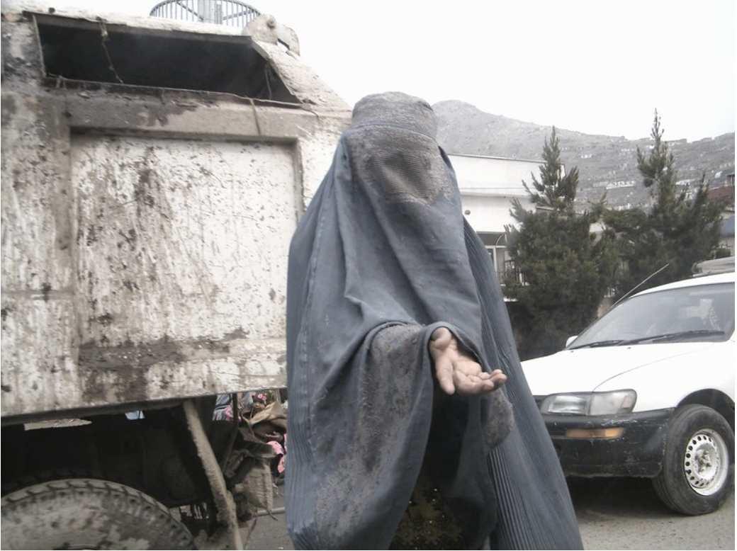 Muchas mujeres en Afganistán, especialmente viudas, se encontraban en condiciones de vulnerabilidad extrema y se veían obligadas a pedir en la calle. Foto: Lauras Eye